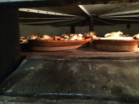 Nieva, สเปน: Cochinillos en horno de leña