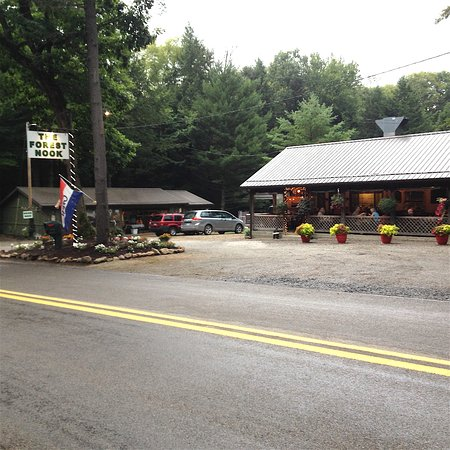 Vowinckel, Pensilvania: The Forest Nook's covered dining porch, gift shop and roadside sign.