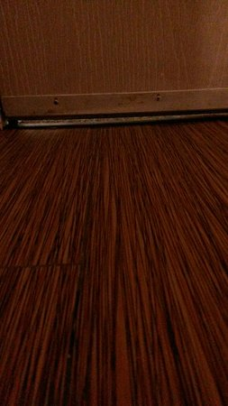 Motel 6 Jackson Airport- Pearl: Gap under our door