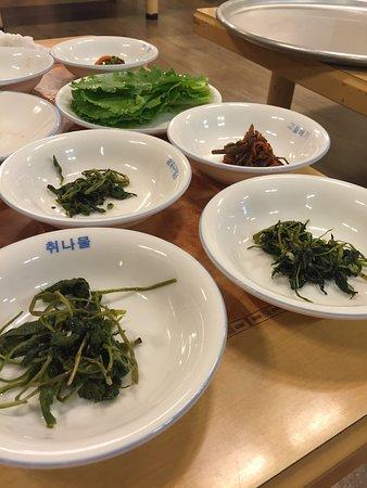 Chungju, South Korea: 산채정식 !! 딱 내스타일!!  모든 나물이 입에 딱 맞고 간도 쎄지 않아서 먹고 나서 속이 편안 했다. 늦게 입장해서 죄송 해서 후다닥 먹고 나왔다...ㅋㅋ 또 수안보를