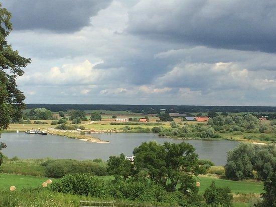Hitzacker, Deutschland: Hirschkalbsbraten, Schweinemedaillons sehr lecker. Und sogar Rasaff genießt die schöne Aussicht.