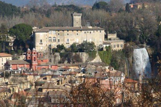 Isola del Liri, Italia: Vista panoramica del castello con la cascata