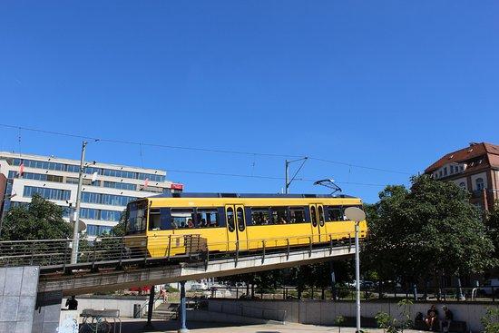 """Zahnradbahn: Abfahrt der """"Zacke"""" vom Marienplatz."""