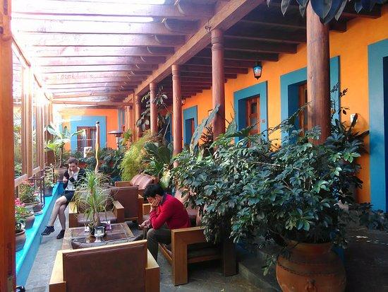 Hotel Posada El Paraiso: patio visto dall'interno con le porte delle camere