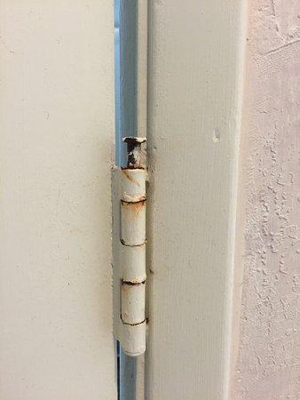 Colton Inn: Rusty bathroom door hinge