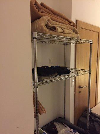 Hostal Fenix: Di seguito: servizi igienici, armadio a tre scomparti della stanza, affaccio camera con vista co