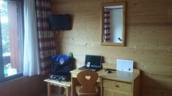 Coin télé - bureau - Picture of Hotel le Sherpa, Les Deux-Alpes ...