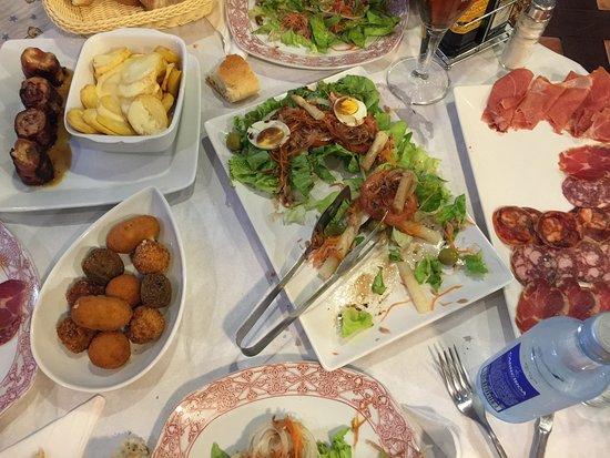 Marin, Spagna: Ensalada, croquetas varias, embutidos y pollo bohemio