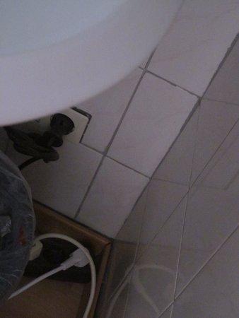 Hotel Anker Spanische Weinstube: unter dem Waschtisch, Elektrik ?