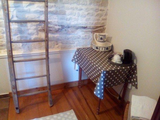 Saint Saturnin du Bois, Francia: petit coin cosy avec bouilloire et sachets de thé, café, infusion...
