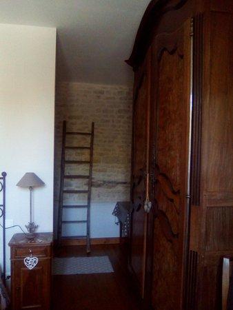 Saint Saturnin du Bois, Francia: vue prise de la chambre vers la salle de bain