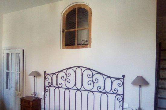 Saint Saturnin du Bois, Francia: WC à gauche, lit 2 personnes et à droite salle de bain
