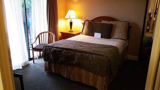 Columbus Motor Inn: 1 queen bed in second room