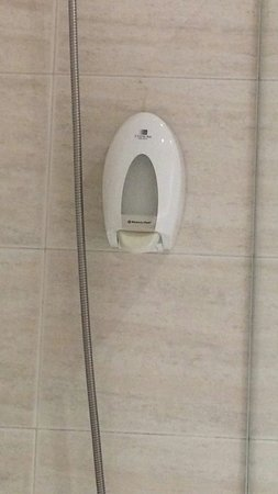 Hotel Oca Ipanema: Jabón en dosificador, lista de precios de cosas de la habitación, una botella de agua o un gorro