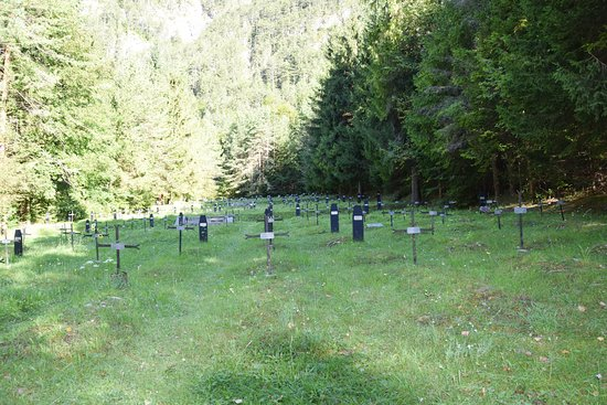 Log pod Mangartom, Eslovenia: Graves