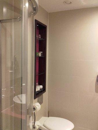 Hotel Indigo London-Paddington: bath room with good amenities