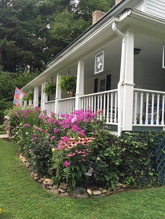 Lovill House Inn - Bed and Breakfast: Beautiful front porch to sit and relax!