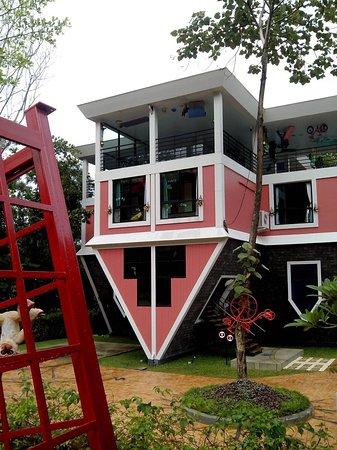 Sak Taxi Guide Phuket: Upside down house.