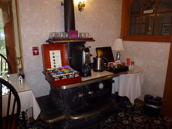 Inn at Ellis River: I drink alot of tea and hot water.... loved this station that was open all the time.
