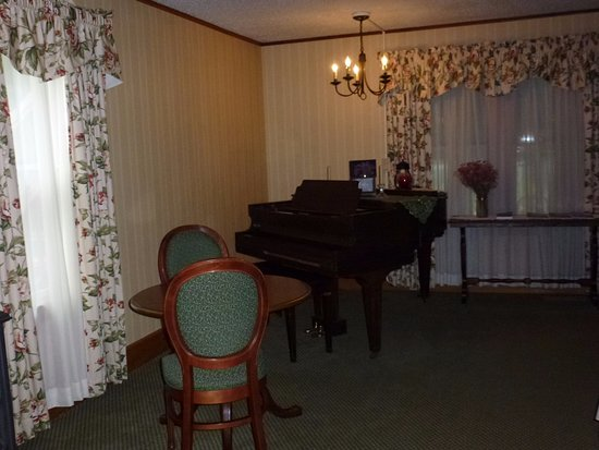 Inn at Ellis River: Loved being able to play the piano in this great room.....
