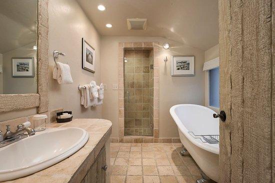 Monte Verde Inn: Queen Deluxe Bathroom