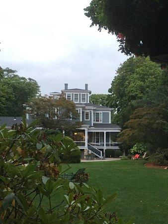 Captain's Manor Inn: View from the gazebo behing the Inn!