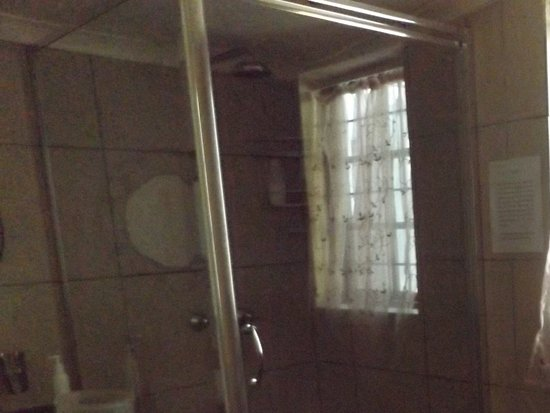 Masescha Country Estate: downstairs bathroom shared by double and single room