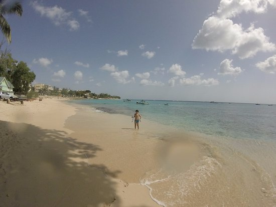 Приход Сент-Джеймс, Барбадос: Foto do meu irmazinho se divertindo na praia e fazendo mergulhos no mar para ver os peixes!