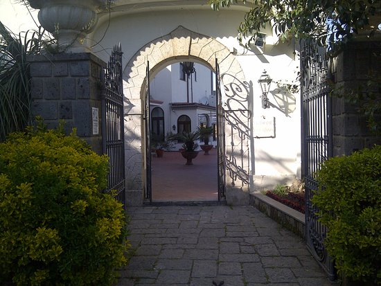 Hotel Iaccarino: Main gate on the village side