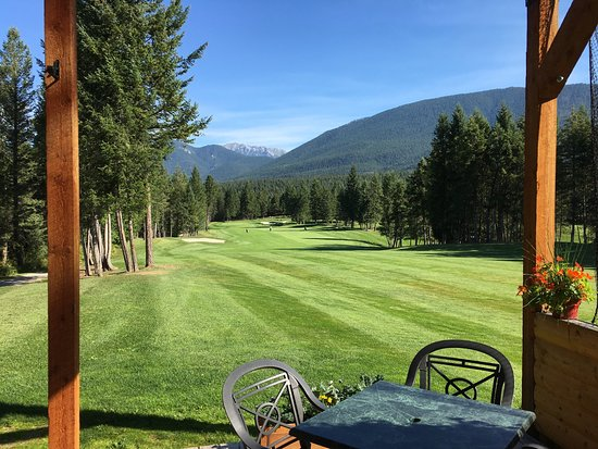 Spur Valley Golf Resort: The view of the 1st hole from the sunny clubhouse patio