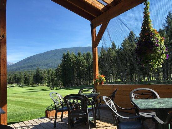 Spur Valley Golf Resort : The view of the 1st hole from the sunny clubhouse patio