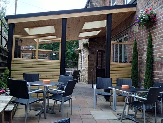 Liversedge, UK: Recently refurbished (June 2016) smokers area