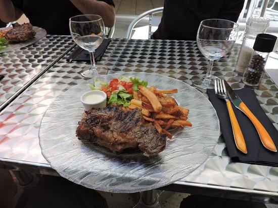 Saint-Jean-d'Angely, France: Le bifteck avec sauce au fromage