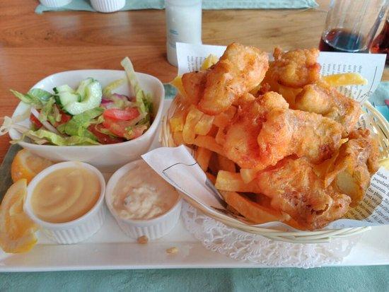 Delfzijl, Nederländerna: Pescado con patatas fritas y ensalada.