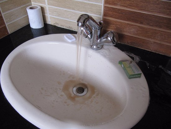 Hotel Lakeview: Muddy Water