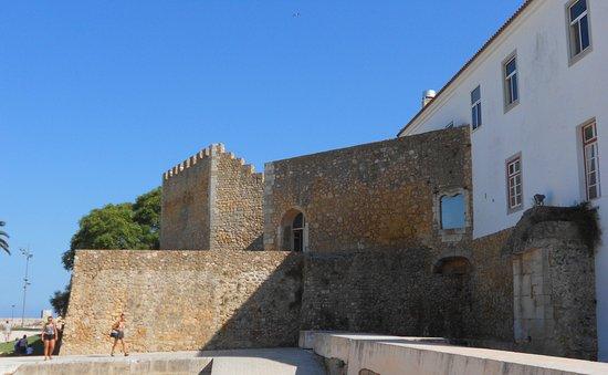 Governor's Castle (Castelo dos Governadores) : Esquina aprovechada por viviendas