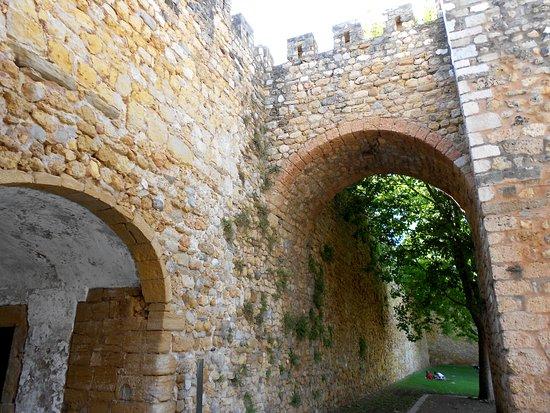 Governor's Castle (Castelo dos Governadores) : Arcos bajo torres