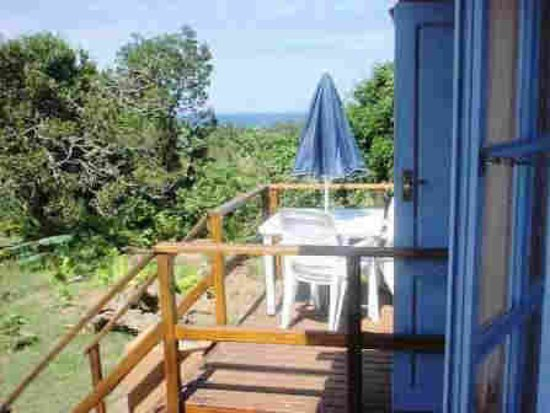 Port Edward, Sudáfrica: Each unit has its own wooden deck and BBQ area