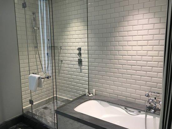 Hotel Maria Cristina, a Luxury Collection Hotel, San Sebastian: Suite bathroom.