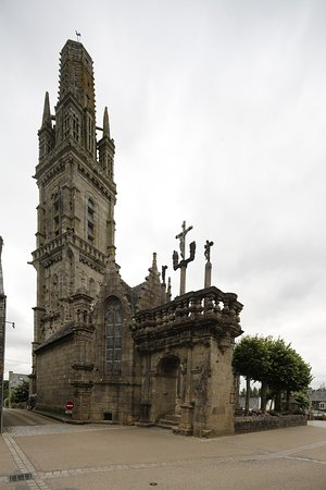 Lampaul-Guimiliau, Francia: Lampau-Guimiliau - Westfassade der Kirche mit Beinhauskapelle und Portal