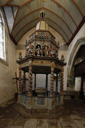 Lampaul-Guimiliau, Francia: Das hölzerne oktogonale Baptisterium
