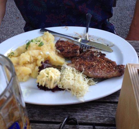 Lenggries, Alemanha: Grillfleisch mit Kartoffelsalat und frischem Meerrettich