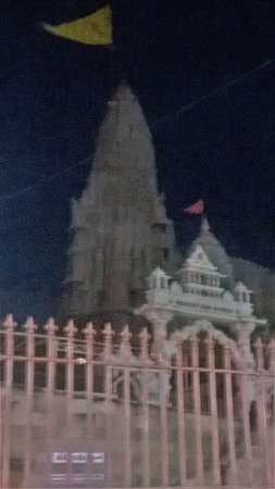 Dwarkadhish Temple: The temple from outside