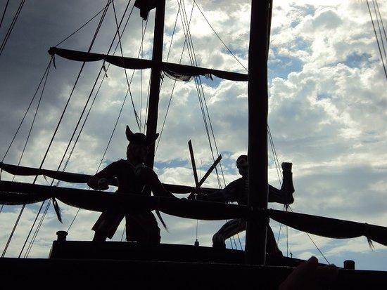 Canasvieiras, SC: Mastiles - Despues aca arriba hacen un show de piratas