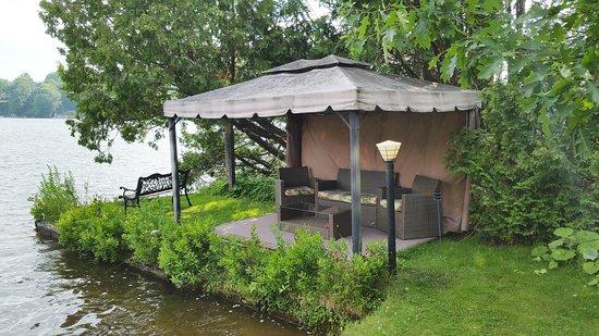 Auberge aux Nuits de Reve: Salon outdooring au bord du lac et de la plage