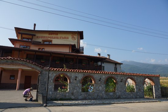 Govedartsi, Bulgaria: front of the hotel; most rooms are located on the back of the hotel