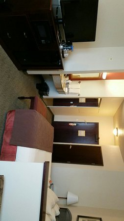 Oxford Suites Downtown Spokane: Very clean room with great layout!