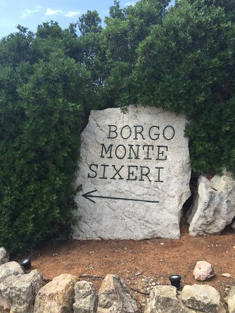 Podere di Monte Sixeri: Sign to the apartments and cottages on top of the hill