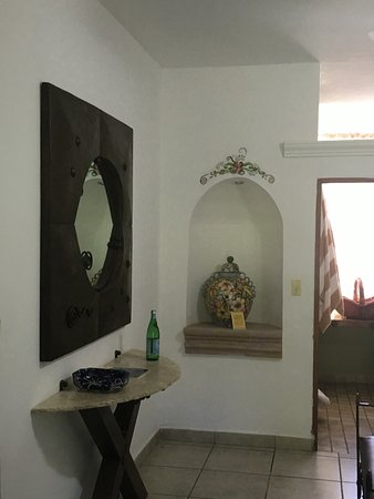 El Encanto Inn & Suites Boutique Hotel: Beautiful traditional art in the room