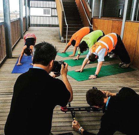 Currimundi, Australia: Bloomin Lotus Yoga teacher Lindy instructing at Sunshince Coast University Hospital.